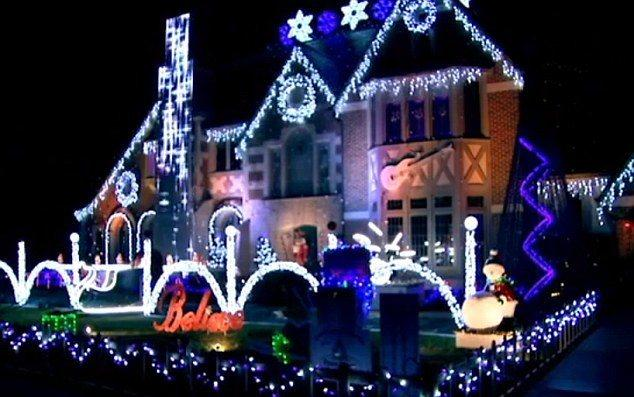 3b0fd03d00000578-0-image-m-6_1480947225417-1-christmas-display